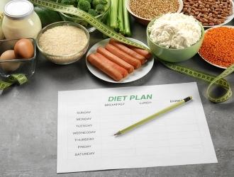 Строить ежедневное меню следует в первую очередь из богатых белком мясных, рыбных продуктов, круп, овощей, фруктов.