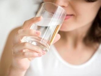 Больной должен получать достаточно жидкости, желательно в виде чистой или слабоминерализированной воды.